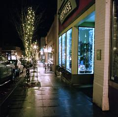 Downtown Hood River, Oregon, December 2018 (Gary L. Quay) Tags: hoodriver oregon columbiagorge night downtown hasselblad pacificnorthwest westernusa kodak winter 2018 garyquay film mediumformat filmphotography analog carlzeiss sidewalk