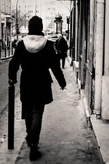 L'espace d'une vie. (LACPIXEL) Tags: espace vie vida life espacio space moment momento femmes mujeres women street rue calle paris france humain humaniste humano nikon nikonfr filckr photographederue streetphotographer lacpixell