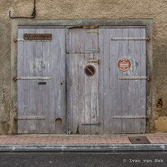 Rue Delort, Mirande (Ivan van Nek) Tags: mirande gers france 32 occitanie midipyrénées nikon nikond7200 d7200 sigma1770 ruedelort doorsandwindows ramenendeuren portesetfenêtres noparking garage sortiedevéhicules