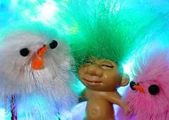 THE ODD ONE     BUITENBEENTJE (Anne-Miek Bibbe) Tags: theoddone buitenbeentje mm hmm macromondays macro happymacromonday canoneos70d annemiekbibbe bibbe nederland 2020 tabletopphotography speelgoed toy spielzeug giocattoli juguetes bringuedos jouets trol troll chicken kuikentje pluis pluizig fluffy