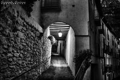 Callejón con luz (alanchanflor) Tags: canon exterior bn bw calle callejón pueblo cazorla jaén andalucía españa noche nocturna luz farol vigas pasaje muro piedras arco balcones techo cubierto