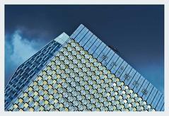 Ariane à la Défense (Marie Hacene) Tags: paris ladéfense architecture immeuble bleu