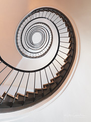 Latte Macchiato (Karsten Gieselmann) Tags: 714mmf28 architektur em1markii mzuiko microfourthirds olympus treppenhaus architecture kgiesel m43 mft staircase stairs munich bavaria germany