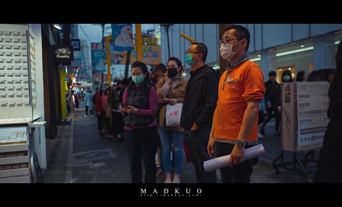 武漢肺炎台北口罩觀察 人來人往的西門町,遊客似乎有那麼少了20%,大排長龍的不再是豪大大,而是康是美,排到需要分好幾批進去,不怪大家如此瘋狂,畢竟這裡被SARS洗禮過。