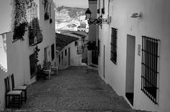 Una calle de Altea (chelocatala) Tags: calle ventanas puertas sillas tejados farolas reja pueblo altea benidorm valencia españa