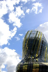 Weinkaraffe (Mastahkid) Tags: mastahkid bordeaux himmel sky france frankreich wolken clouds gebäude museum building glas glass wein wine gold ontourwithmyego