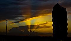 Jugando con las luces y buceando en los recuerdos (portalealba) Tags: zaragoza zaragozaparque torredelagua atardecer aragon españa spain portalealba canon nwn nubes