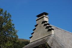 Hautes-Pyrénées (visol) Tags: xemeneies xemeneia chimneys cheminées chimeneas camino chamine chimney camini barbacana arquitectura france francia frança flores roofs rooftops tximinia tejados teulades tejado tejas teulas teulat pyrenees pyrénées pirineo pirineu pizarra