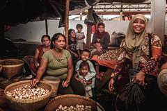 Mandalika market, Lombok, Indonesia (pas le matin) Tags: travel voyage people street women femmes candid market marché mandalika lombok indonesia indonésie asia asie southeastasia marketé mandalikamarket canon 7d canon7d canoneos7d eos7d