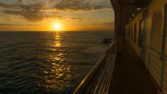 Coucher de soleil en mer, sunset at sea, Koningsdam - 3636 (rivai56) Tags: coucherdesoleilenmer sunsetatsea koningsdam 3636 vue du coucher soleil de la promenade bateau sunset view from boat walk boatwalk holland america line hollandamericaline