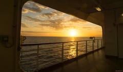Coucher de soleil en mer, sunset at sea, Koningsdam - 3635 (rivai56) Tags: coucherdesoleilenmer sunsetatsea koningsdam 3635 coucher de soleil à travers louverture du bateau sunset through opening boat holland america line hollandamericaline