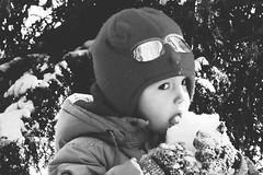 Нет ничего вкуснее снега! (kupriyanova_marina) Tags: портрет чернобелое фото фотопортрет дети ребенок зима снег bnw blackandwhite portrait child children baby snow winter