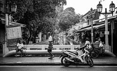 Canal in Central Bangkok (Thailand. Gustavo Thomas © 2020) (Gustavo Thomas) Tags: canal central bangkok thailand southeastasia tailandia mono monochrome monocromático bnw blackandwhite blancoynegro people thai leica leicaq2