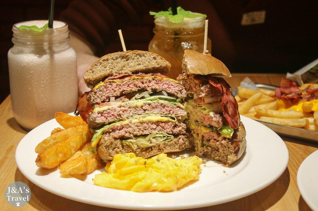 不能一口咬下的天阿好大牛肉堡,三片厚實牛肉排好過癮!【捷運忠孝復興】東區美食/東區聚餐餐廳Stan & Cat史丹貓美式餐廳 @J&A的旅行
