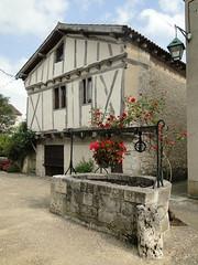 Lot-et-Garonne. Pujols. Ruelle et puits (fvib'r) Tags: pujols ruelle puits lotetgaronne