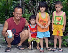 children with grandpa (the foreign photographer - ฝรั่งถ่) Tags: sep42016nikon three children kids grandpa khlong thanon portraits bangkhen bangkok thailand nikon d3200