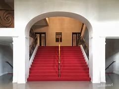 Apple Shop Berlin (Sockenhummel) Tags: treppe apple kino cinema rot teppich denkmalschutz stairway staircase stairs architektur architecture treppenhaus stufen steps filmbühnewien