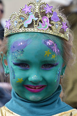La petite princesse_6046 (ichauvel) Tags: princesse portrait fillette littlegirl girl visage face sourire smile yeux eyes couronne carnaval corso février february exterieur outside saintraphael var provencealpescôtedazur côtedazur europe westerneurope mignonne cute couleur