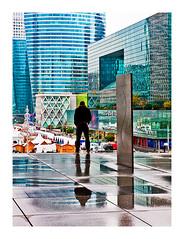 contemplation urbaine (version couleurs) (Marie Hacene) Tags: paris ladéfense urbain architecture immeubles parvis
