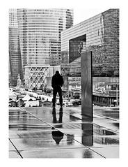 contemplation urbaine (version noir et blanc) (Marie Hacene) Tags: paris ladéfense urbain architecture parvis immeubles