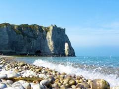 DSCN8506 (alainazer) Tags: etretat normandie france eau acqua water mer mare sea pierres piedras pietra stones falaise rochers rocks plage playa spiaggia beach