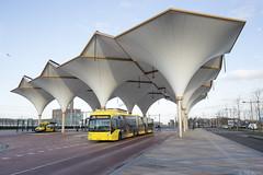Kleine bus en grote bus (Tim Boric) Tags: utrecht leidscherijn busstation bus autobus uov qbuzz vanhool annebregjesnijders
