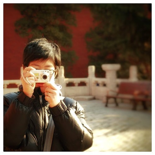 """Foto: """"2010, Verbotene Stadt im Stadteil #Dongcheng, im Zentrum von Peking. 'Ü' fotografiert mich, wie ich sie fotografiere."""" Habe heute zum ersten mal nach den chinesischen Feiertagen mit einem unserer Lieferaten südlich von Shanghai per Mail Kontakt auf"""