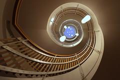 Blaupunkt (Elbmaedchen) Tags: stairwell treppenhaus escaliers escaleras interior inside roundandround upanddownstairs spirale spiral nichtöffentlich lines curves wooden architektur architecture