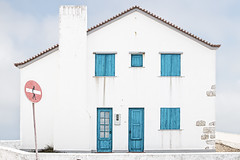 Blanco, azul y un punto rojo... (sairacaz) Tags: baleal portugal peniche casa house surf blanco white blue red azul rojo canon eos70d