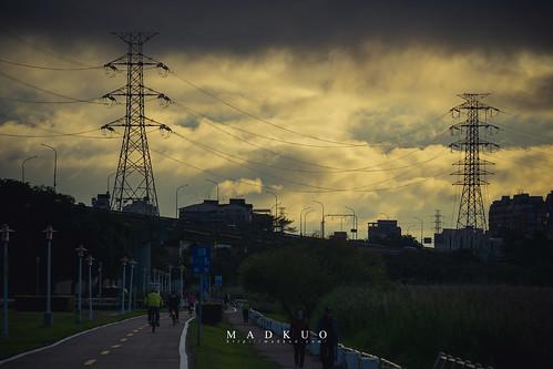 雲層、電塔、陽光、路人
