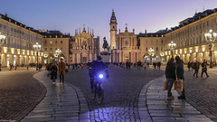 Pedalando, all'imbrunire. (BORGHY52) Tags: torino piazzascarlo piemonte italia italy italiancity street bicicletta bicycle lampionidalmondo lampione lampioni fanale chiesadiscarlo chiesadisantacristina piazza square tourin barocco baroccopiemontese