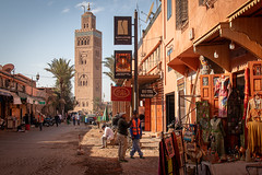 Road to the mosque (Marion McM) Tags: koutoubia koutoubiamosque road street roadworks sunlight shops stalls market marrakesh morocco northafrica africa streetphotography mosque streetscene 2020 canoneosm5 tree palmtree figures workmen