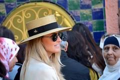 L'abeille (Olivier Simard Photographie) Tags: femme chapeau gens marrakech maroc blonde abeille