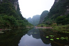 IMGP4786 Reflection on the water (Claudio e Lucia Images around the world) Tags: trangan vietnam ninhbinh trang an ninh binh pentax pentaxart pentaxcamera rain rainyday power river flower water waterlilium loto lotusflower tran ang caves grottoes boat rowing pentaxk3ii sigma sigma1020 sigmaart sigmalens landscape reflection mountains