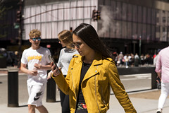 In yellow (New York people) (Samarrakaton) Tags: samarrakaton 2019 nikon d750 2470 nyc newyork nuevayork estadosunidos usa eeuu manhattan viaje travel gente people street callejera urbana urban chica girl mujer woman