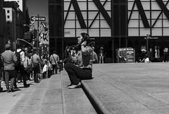 Sentada escuchando música (New York people) (Samarrakaton) Tags: samarrakaton 2019 nikon d750 2470 nyc newyork nuevayork estadosunidos usa eeuu manhattan viaje travel gente people street callejera urbana urban chica girl mujer woman byn bw blancoynegro blackandwhite monocromo