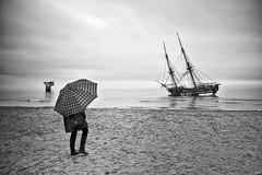 La Grace (Joaquín Mª Crespo) Tags: byn blackwhite bw blancoynegro seascape boats rain umbrella