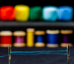6M7A8830 (hallbæck) Tags: nåle nåleøje synåle sytråd farver needleeye sewingneedles sewingthread colours closeup macro tabletop mh hørsholm denmark mycanonandme