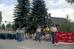 070488 24 (ndpa / s. lundeen, archivist) Tags: dewolf nickdewolf photographbynickdewolf color film 1988 1980s summer july 4thofjuly aspen colorado parade paraderoute mainstreet highway82 people band marchingband highschoolmarchingband marching instruments musicalinstruments denim jeans centralhighschool grandjunction spectators stoplight stoplights banner colorguard flag flags baton batontwirler brass balloon sunglasses shades