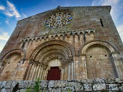Al cielo (la_magia) Tags: arquitectura arte romanico galicia españa esnestevoderiibasdemiño osaviñao lugo ribeirasacra iglesia roseton arcos columnas puerta turismo viajar sanestevo