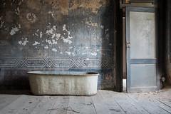 Archeologia affettiva (www.nicolabertellotti.com) Tags: decay decadenza urbex abbandono abbandonato abbandonata abandoned vasca room bathroom bath