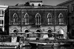 Aunque lo parezca, no es Venecia (Egg2704) Tags: edificio arquitectura estiloveneciano isladeortigia siracusa sicilia blancoynegro blackandwhite blanconegro blackwhite byn bn monocromo monochrome eloygonzalo eg2704