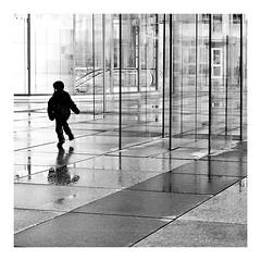 Monde parallèle (2) (Marie Hacene) Tags: ladéfense enfant silhouette arche architecture urbain