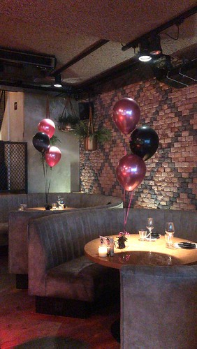 Tafeldecoratie 3ballonnen Chome Mauve en Zwart Valentijnsdag Cafe in the City Rotterdam