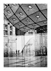 sous l'arche (Marie Hacene) Tags: ladéfense architecture arche