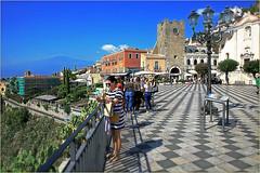 Piazza IX Aprile, Taormine, Sicile, Italie (claude lina) Tags: claudelina italie italia italy sicile sicilia taormina taormine piazza volcan letna piazzaixapriletaormina tour tower architecture pavés lampadaire