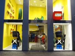 Lego shop, Copenhagen (Scott Mundy) Tags: lego shop store copenhagen denmark danish soldiers guards geotagged sentry sentries guard soldier