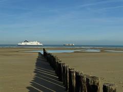 Croisement de bateaux.Plage de Sangatte. (daviddelattre) Tags: bateau photo paysage plage mer sable piquet bleu ciel ombre