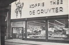 Nieuwbouw Gasthuisstraat 1961 - de Gruyter Koffie Thee (Hein Philipse) (Barry van Baalen) Tags: gorinchem gorcum gorkum gasthuisstraat winkel shop gruyter kunst art koffie thee