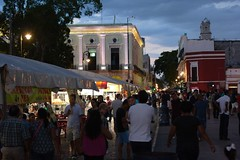 Night market on the Plaza Grande, Mérida (TravelKees) Tags: mexico merida yucatanpeninsula nightmarket plaza dusk twilight
